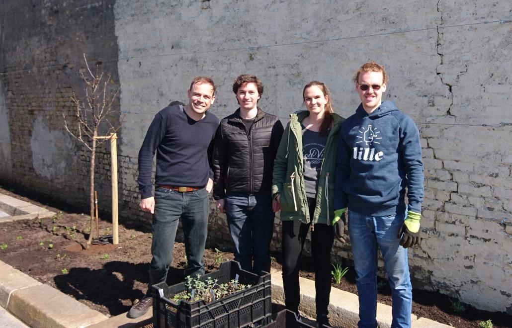 Florian Scheske (ganz links) von der Lille Brauerei Kiel mit dem Team von FruchtFairtrag