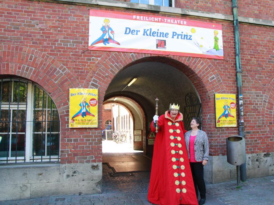 Theaterdirektor Markus Dentler und Bürgermeisterin Renate Treutel freuen sich auf die Spielzeit des kleinen Prinzen