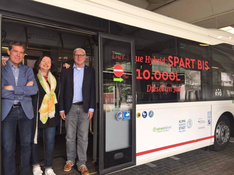 Oberbürgermeister Dr. Ulf Kämpfer, Sabine Schirdewahn(Werkleiterin Eigenbetrieb Beteiligungen) und KVG-Geschäftsführer Andreas Schulz beim Abriss-Termin