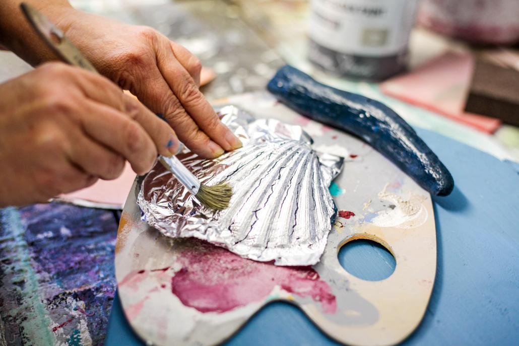 Muschel und Treibholzwerden blau angepinselt und mit Silberfolie versehen