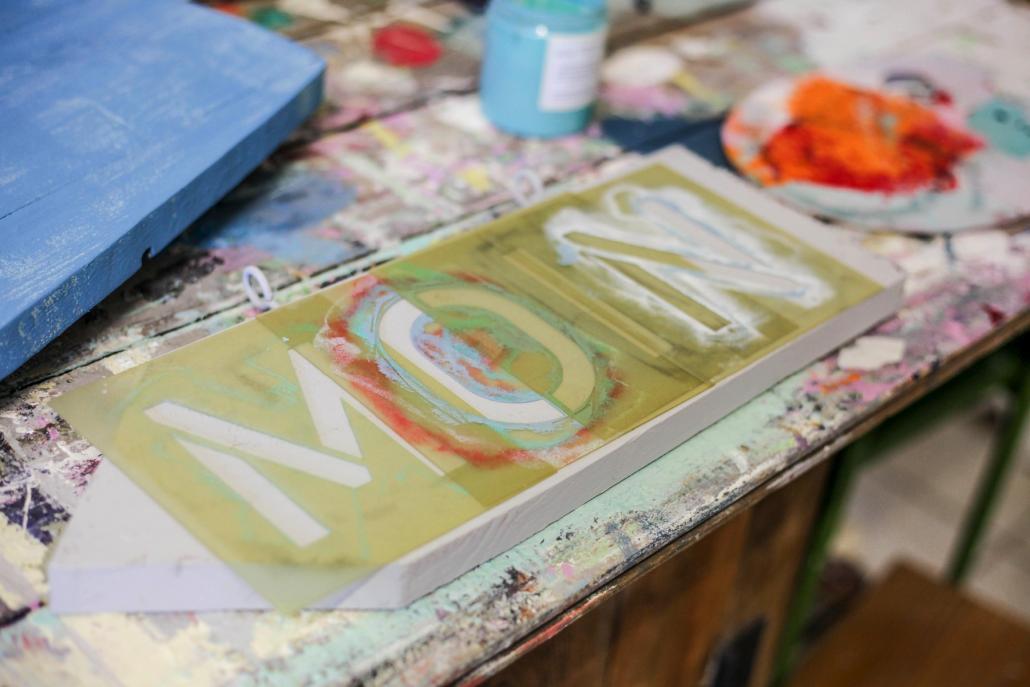 Die Buchstaben werden zunächst miteiner Schablone zurechtgelegt