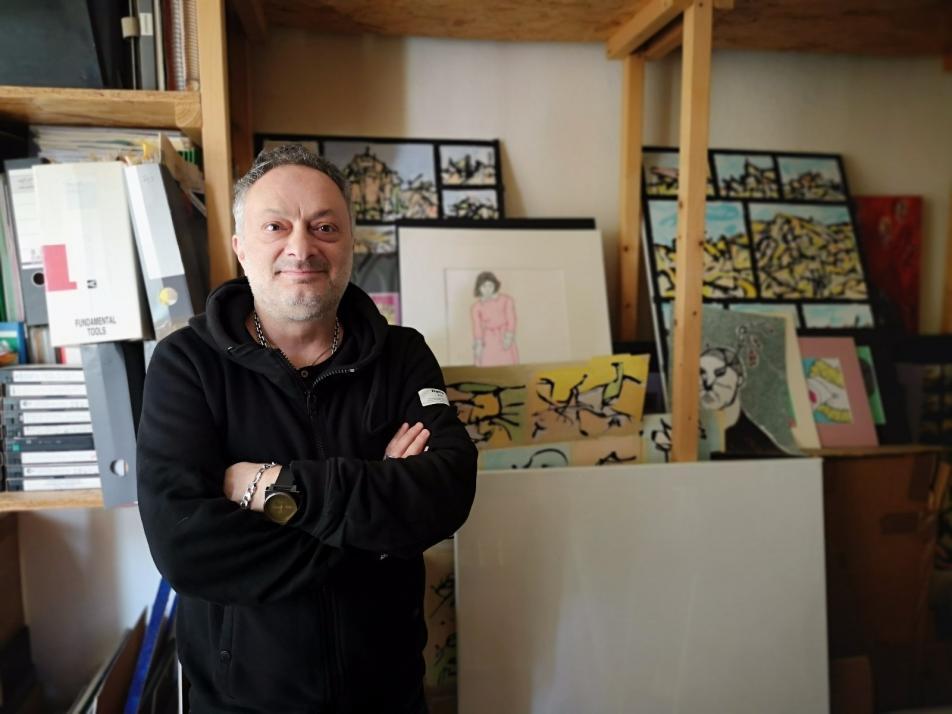 Schriftsteller Feridun Zaimoglu in seiner Wohung/Atelier am Kieler Südfriedhof