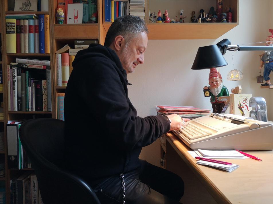 Vollkommen analog: Zaimoglu tippt seine Romane an der Schreibmaschine ab – und kommt ohne Smartphone aus