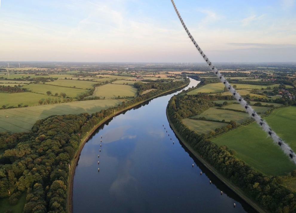 Von oben sieht der Nord-Ostsee-Kanal ganz klein aus.