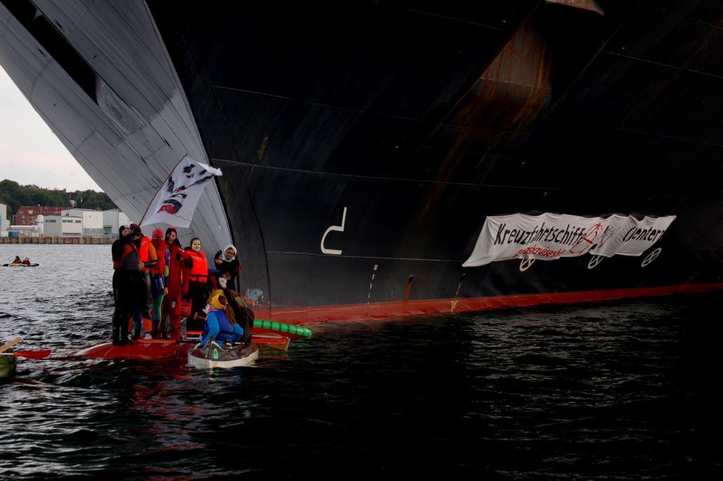 Ein Schuss vor den Bug: Am Pfingssonntag protestierten Aktivisten der TurboKlima KampfGruppe Kiel gegen Kreuzfahrten unddie schlechten Arbeitsbedingungen an Bord