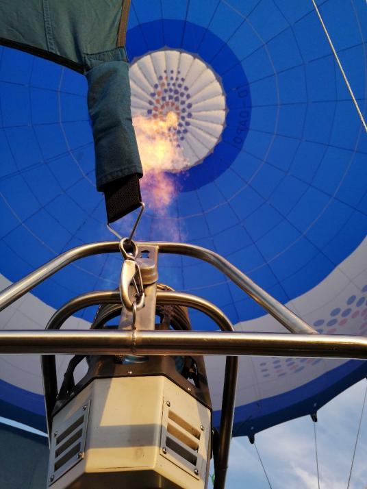 Hoch oben ist es schön warm. Nicht nur im Ballon, sondern auch im Korb.