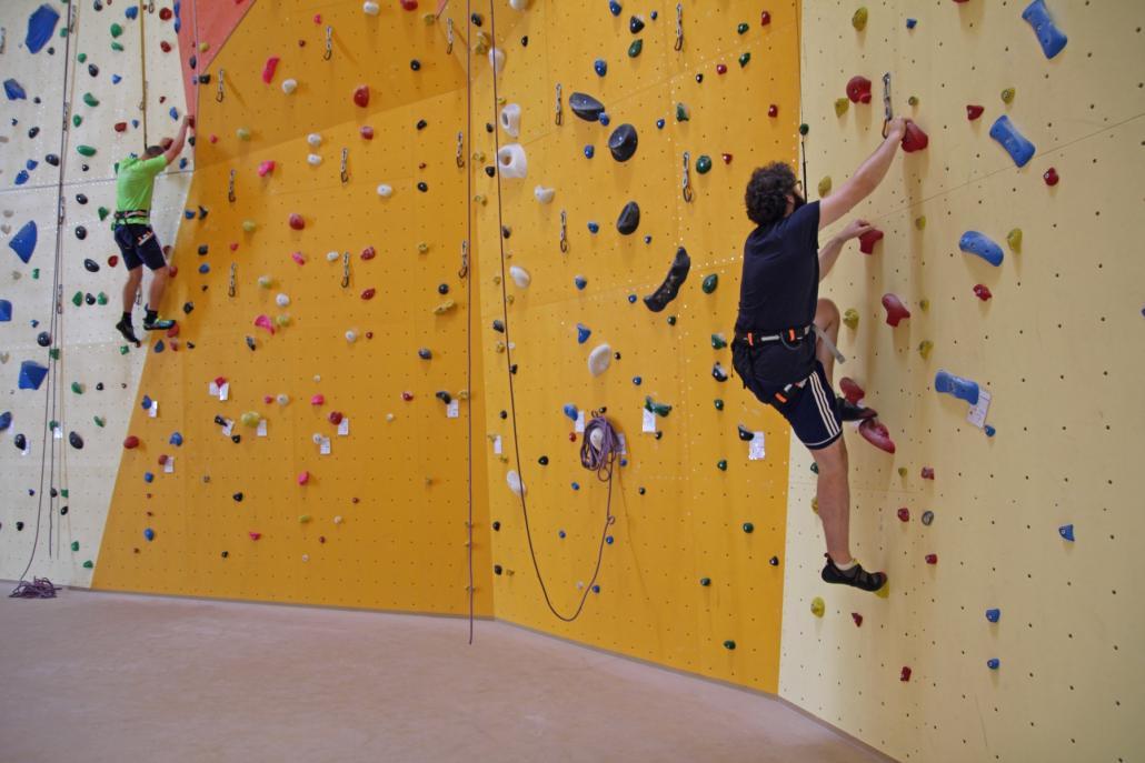 Redakteur Sebastian probiert sich in der neuen Kletterbar Kiel