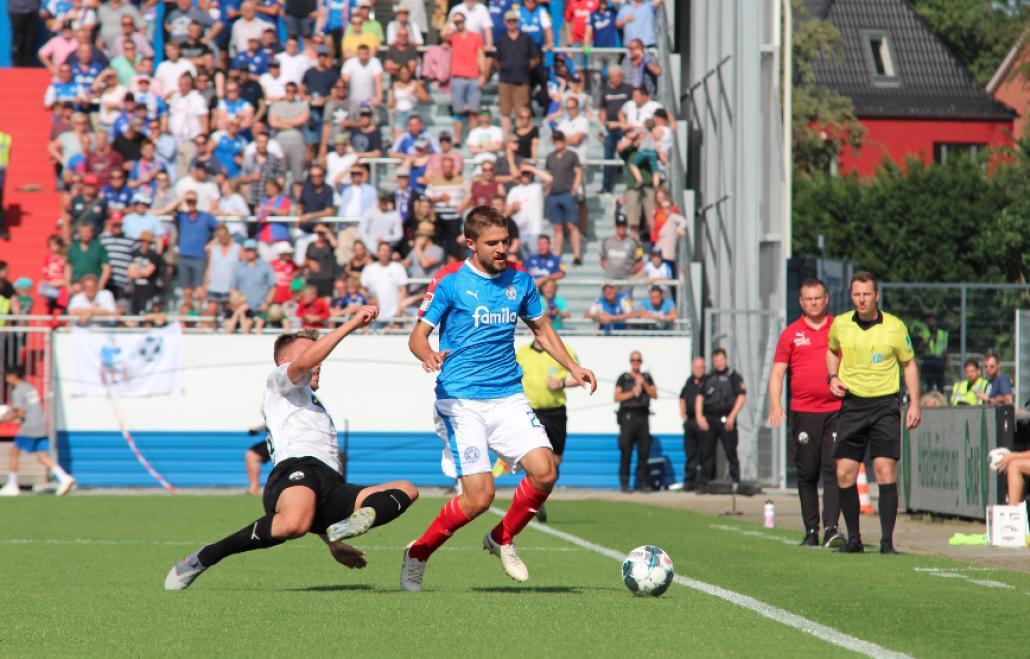 Aleksandar Ignjovski wird regelwidrig an der Seitenlinie gestoppt