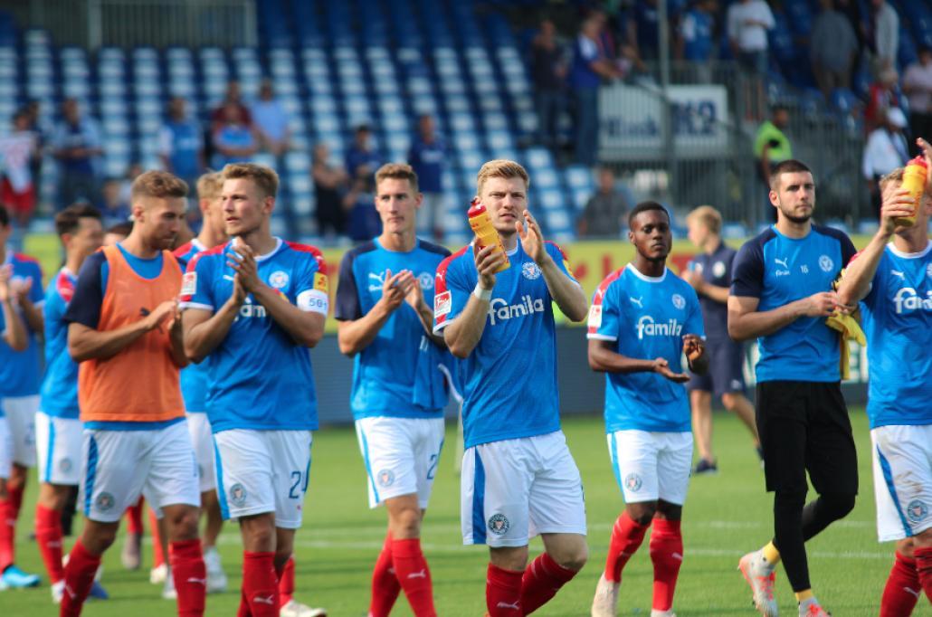 Nach dem Abpfiff: Die Störche bedanken sich für die Unterstützung der Fans.