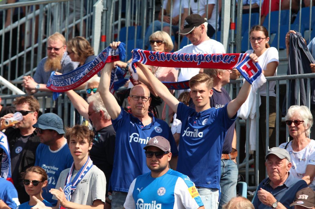 In der Sache vereint: Die Fans sahen ein unterhaltsames erstes Pflichtspiel der Störche