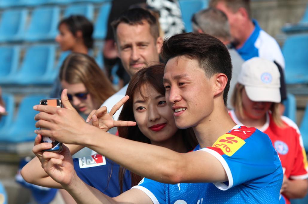 Nach dem Spiel stehen die Spieler ihren Fans für Fotos bereit