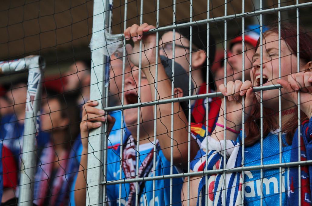 Auch die jungen Fans fiebern dem entscheidenden Tor entgegen