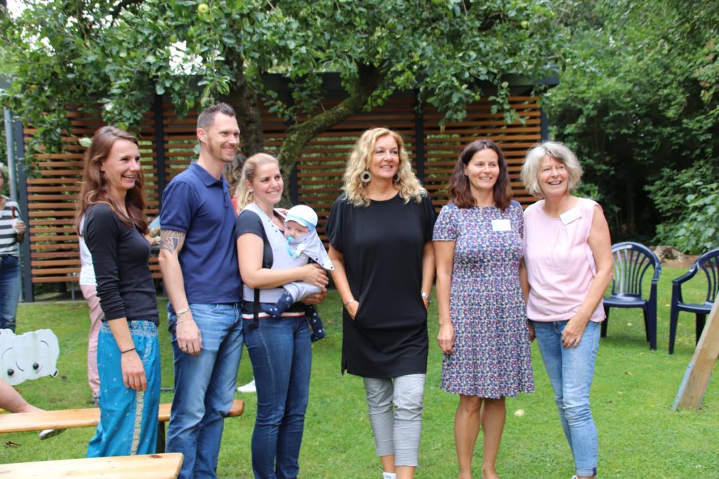 Hausleitung Tanja Schürmann freut sich mit Familie Rudolph, Schirmherrin Bettina Tietjen, Kollegin Nicole Hemme und der ehrenamtlichen Mitarbeiterin Renate Geest (v. l.) über ein gelungenes Sommerfest