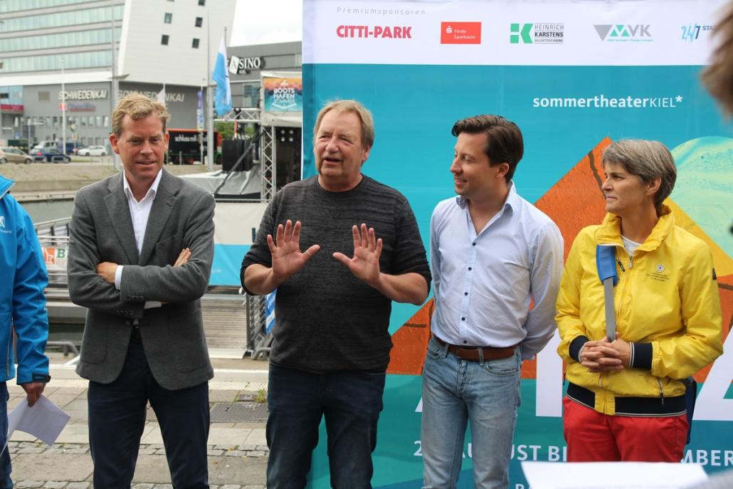 Oberbürgermeister Dr. Ulf Kämpfer und Kulturreferent Rainer Pasternak freuen sich über die großartige Entwicklung und den Mehrwert der Live-Übertragung für die Kieler