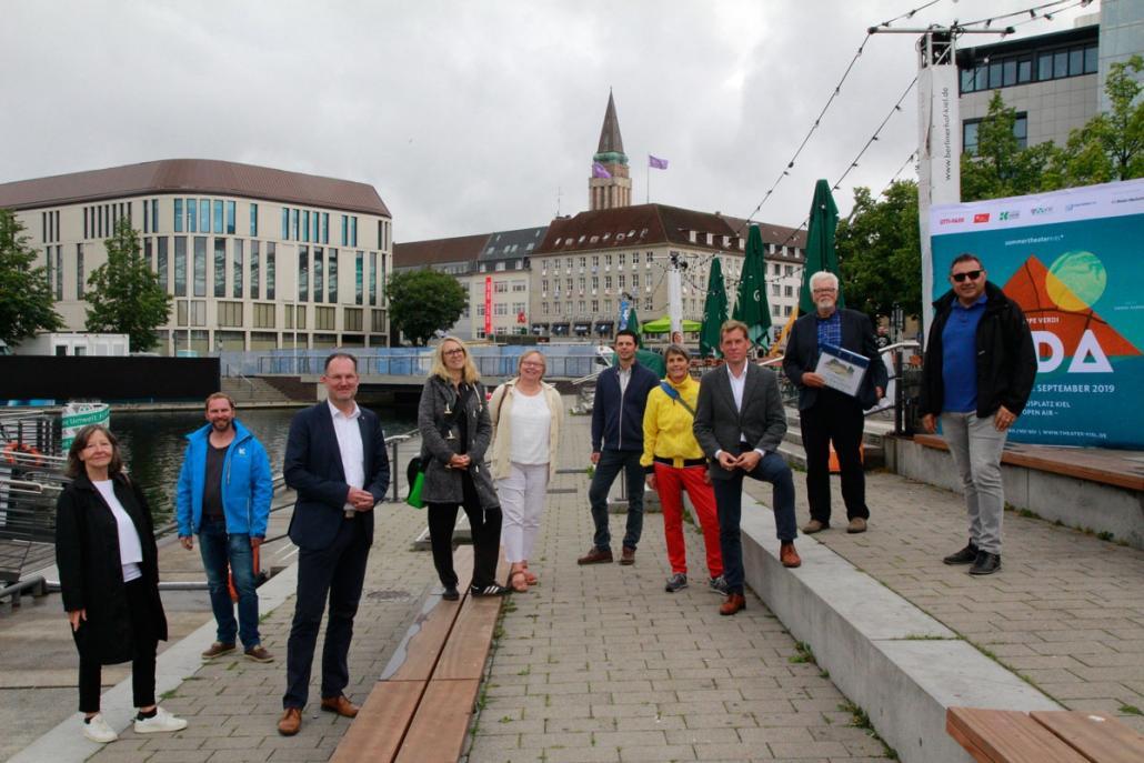 Sie organisieren die Live-Übertragungen. Mit auf dem Bild sind Oberbürgermeister Dr. Ulf Kämpfer (3. v. re.) und Johannes Hesse von Kiel Marketing e.V. (2. v. li.)