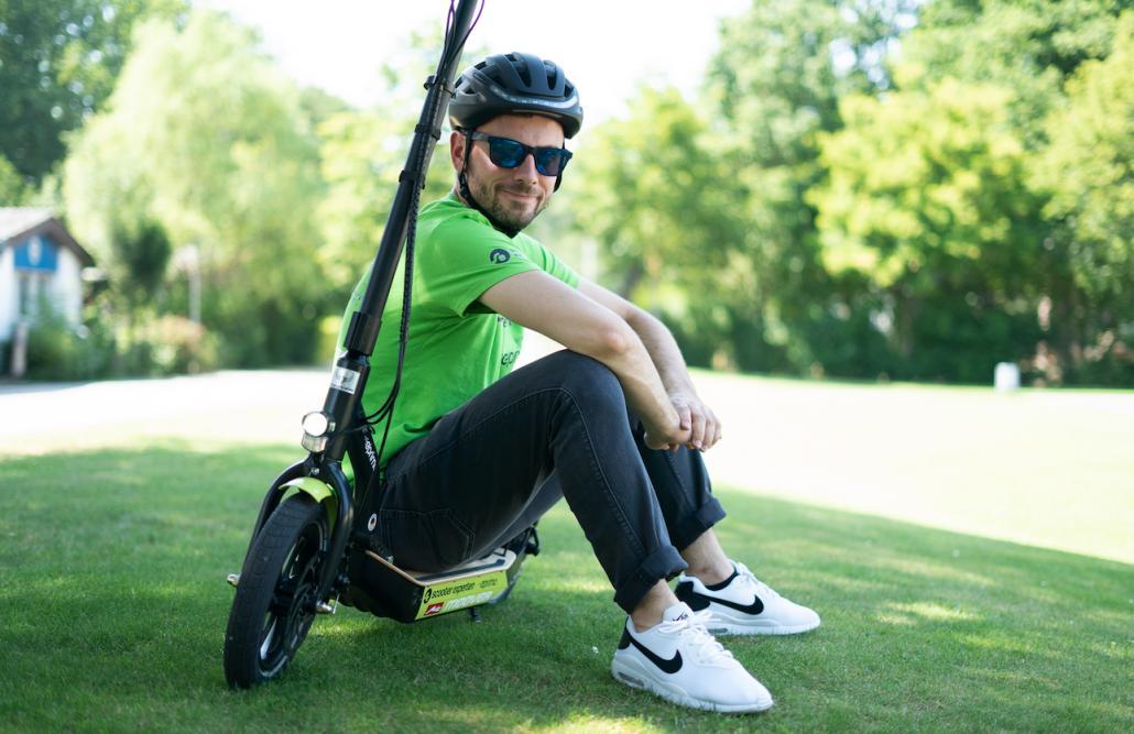 Mit seinem E-Scooter tart der 23-jährige Igor, ein Mitarbeiter des Innovation Teams von eprimo, die Deutschland Tour im August an.