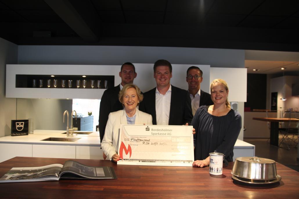 Fynn Hansohm (Muhlack), Angelika Volquartz, Christian Pahlke (Geschäftsführer Muhlack), Henning Popp (Muhlack) und Friderike Aderhold (R.SH) bei der Scheckübergabe