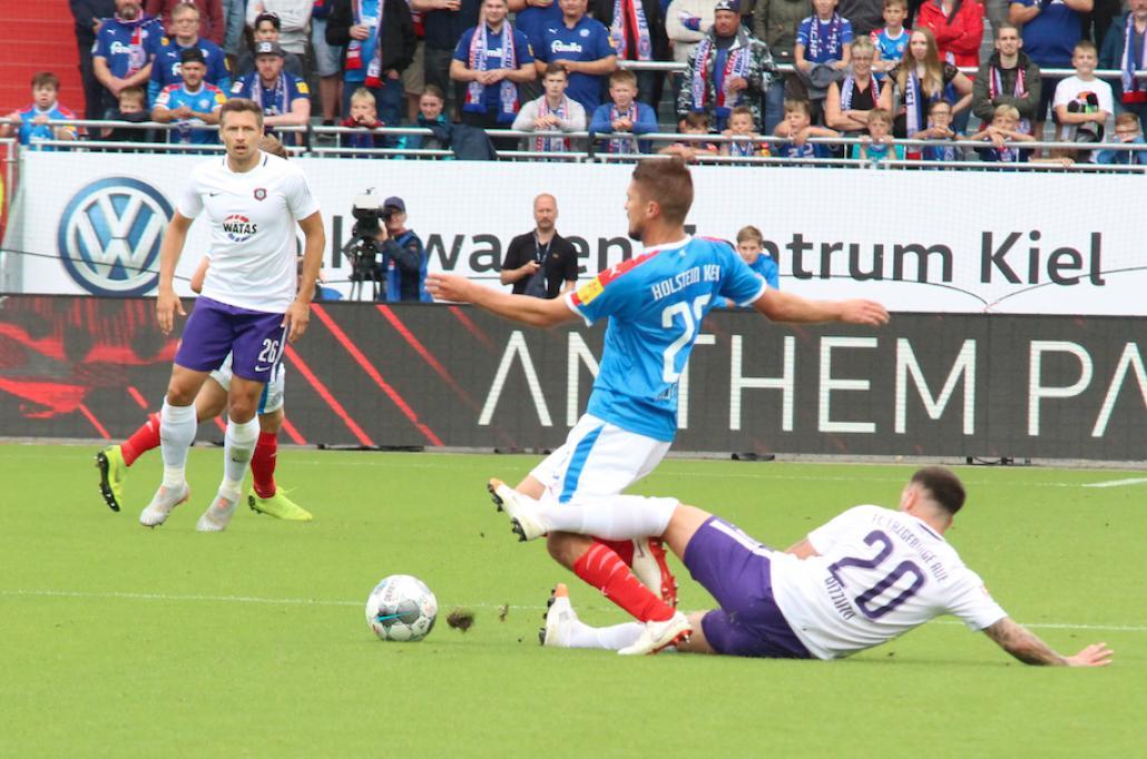 Aleksandar Ignjovski ist auf der rechten Mittelfeldseite nur durch ein Foul zu stoppen