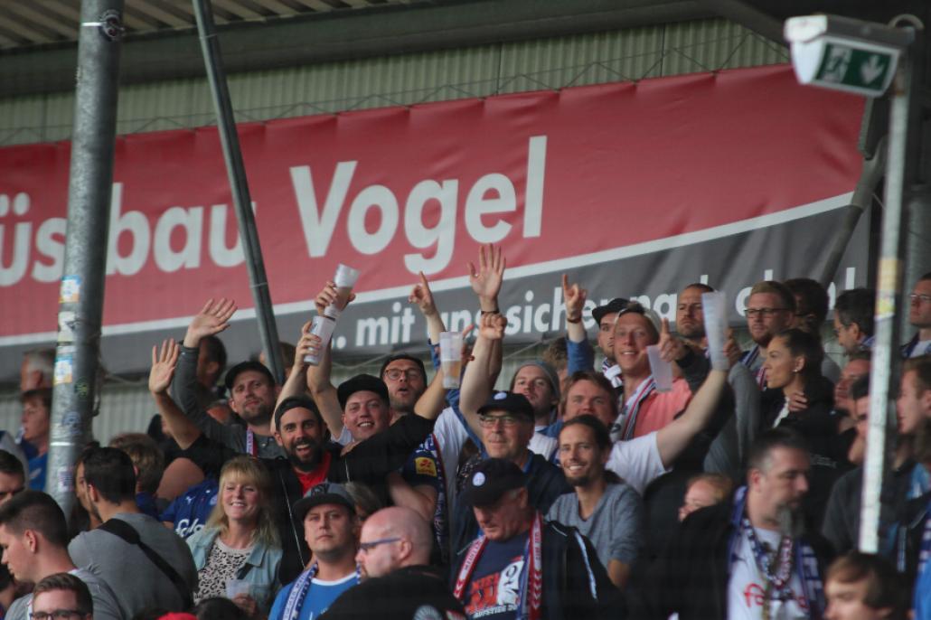 Die Fans freuen sich über den Punktgewinn gegen Erzgebirge Aue.