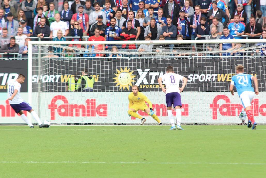 Wichtige Aktion: Torwart Dominik Reimann hält den Elfmeter von Dimitrij Nazarov.