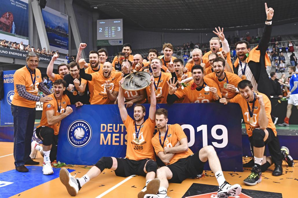 Freude pur: die Recycling Volleys aus Berlin sind Deutscher Meister...