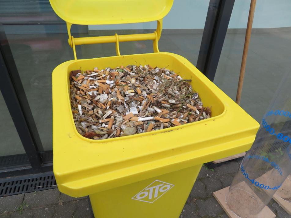 Das Ergebnis: eine ganze Mülltonne voller Zigarettenstummel