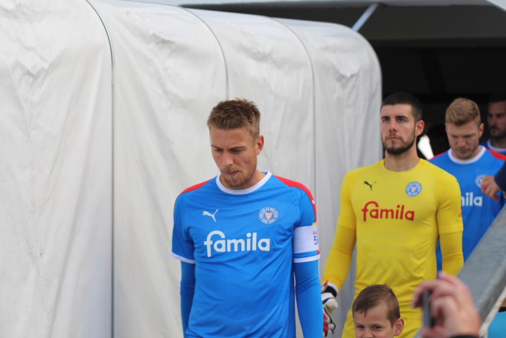 Konzentriert: Kapitän Hauke Wahl führt seine Mannschaft auf das Feld