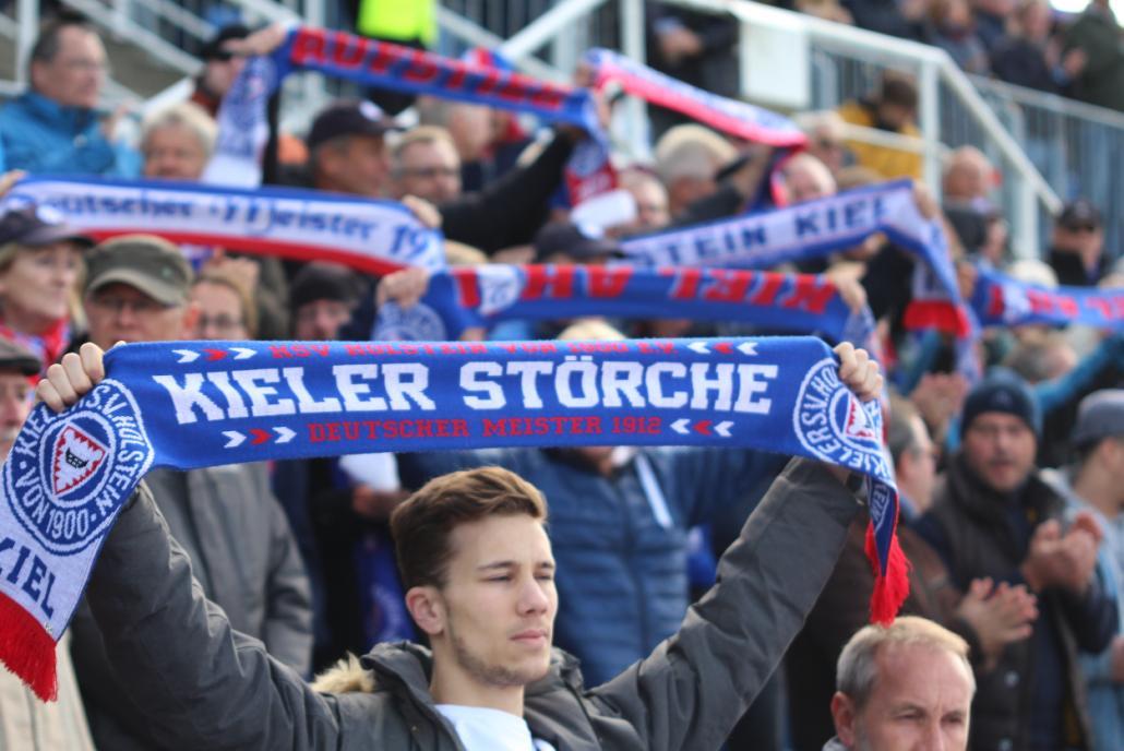 Die Kieler Fans unterstützen ihre Mannschaft bei jedem Spiel