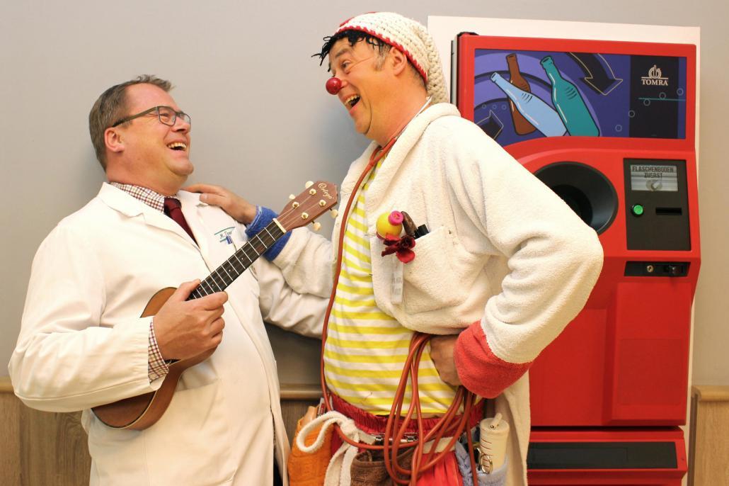 Gemeinsam stark für ein Kinderlächeln: Marten Freund (li.) und Klinikclaun Dr. med. Wurst alias Harald Roos