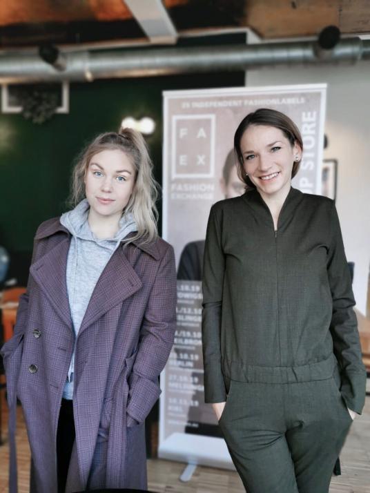 Henrike aus der Redaktion (links im Bild) traf Gabriele Warszinksi von FAEX (rechts im Bild) zum Gespräch. Den Mantel von VERA DE NERO (links) und den Overall von Blaucraut (rechts) könnt ihr am Sonntag selbst shoppen!