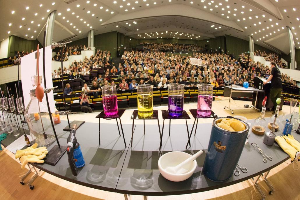 Bei der kostenlosen Veranstaltung ist wirklich jede und jeder herzlich willkommen. Neben vielen Experimenten ist vor allem die Science Show von Doktorandinnen und Doktoranden der CAU ein Highlight.