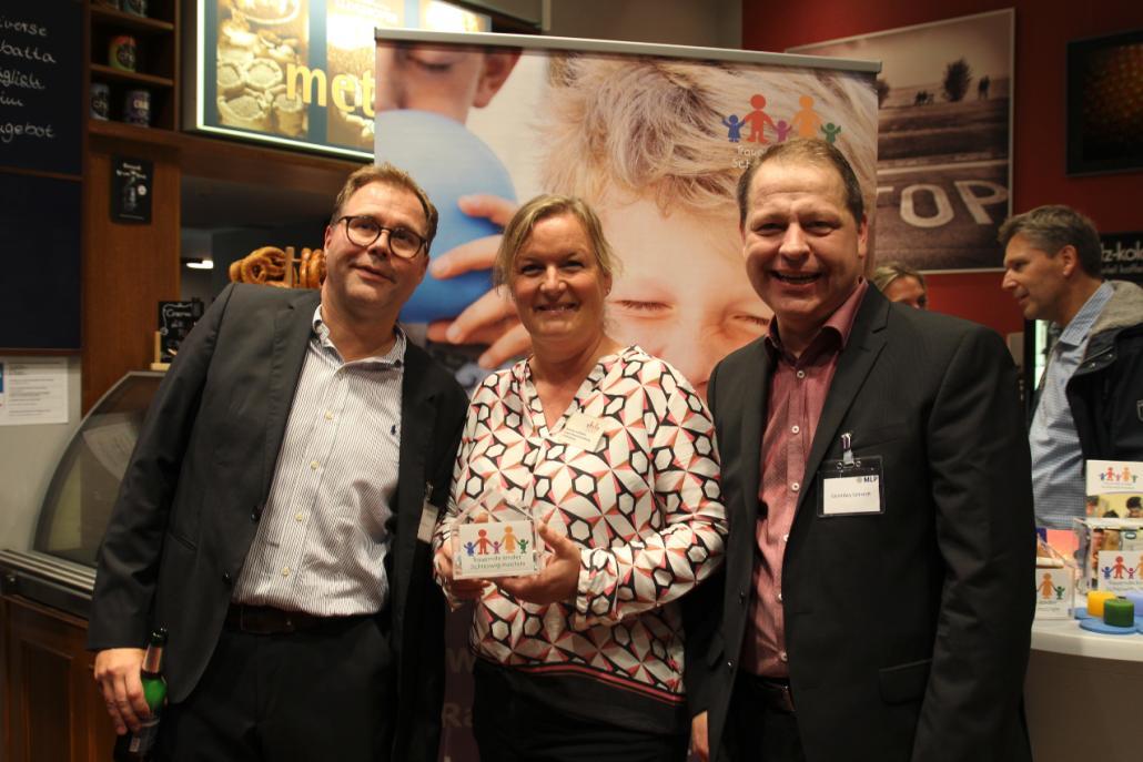 Die Geschäftstellenleiter Meinert Menzel (li.) und Gerd Boy Schmidt (re.) freuen sich gemeinsam mit Andrea Vollbehr (Verein Trauernde Kinder SH) über zahlreiche Spenden