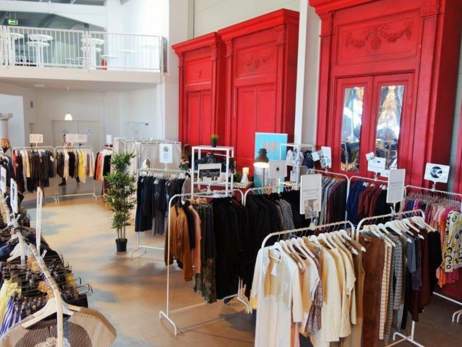 Über 2.000 Kleidungsstücke von 25 Modelabels gehen regelmäßig mit FAEX on Tour!