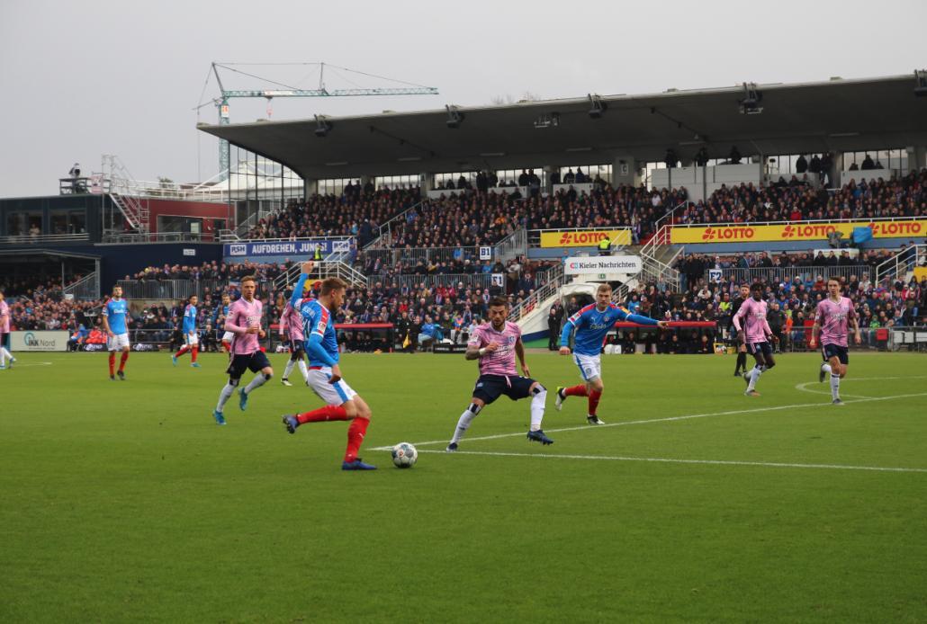 Kapitän Hauke Wahl spielt den Ball auf den hereinlaufenden Alexander Mühling