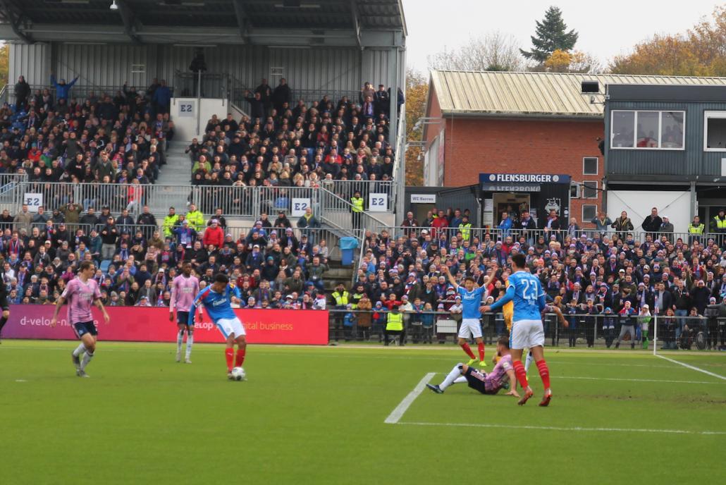 zu früh gejubelt: Aus kurzer Distanz kriegt Emmanuel Iyoha den Ball nicht im Tor des HSV unter