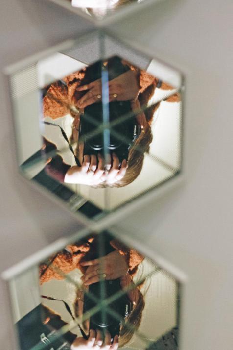 Durch eine leichte Krümmung in der Oberfläche lässt mich der Spiegel Kopf stehen