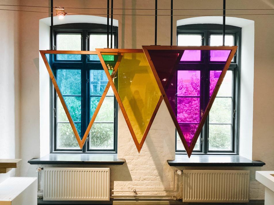 Die Farben der einzelnen Dreiecke verändern sich, sobald sie aufeinander treffen.