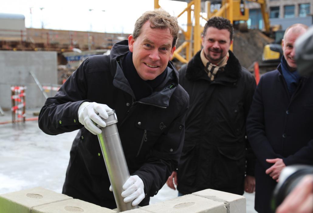 Oberbürgermeister Ulf Kämpfer versenkt die Zeitkapsel feierlich zur Grundsteinlegung
