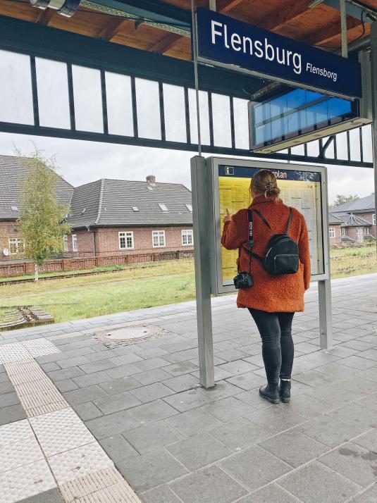 Von Flensburg aus fährt alle 60 Minuten ein Regional-Express Richtung Kiel