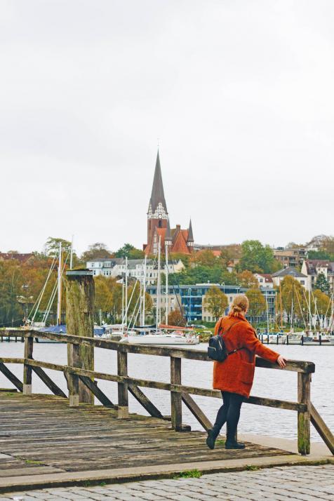 Die Phänomenta liegt direkt am Hafen. Auf dem Weg dorthin genießt du das Panorama der Stadt