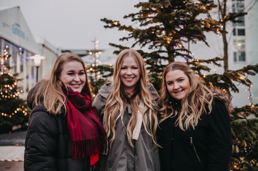 Wir – Lene, Finja und Sina (v. li.) – habenuns für euch auf den Weg gemacht und die Weihnachtsmärkte der Region genauerunter die Lupe genommen