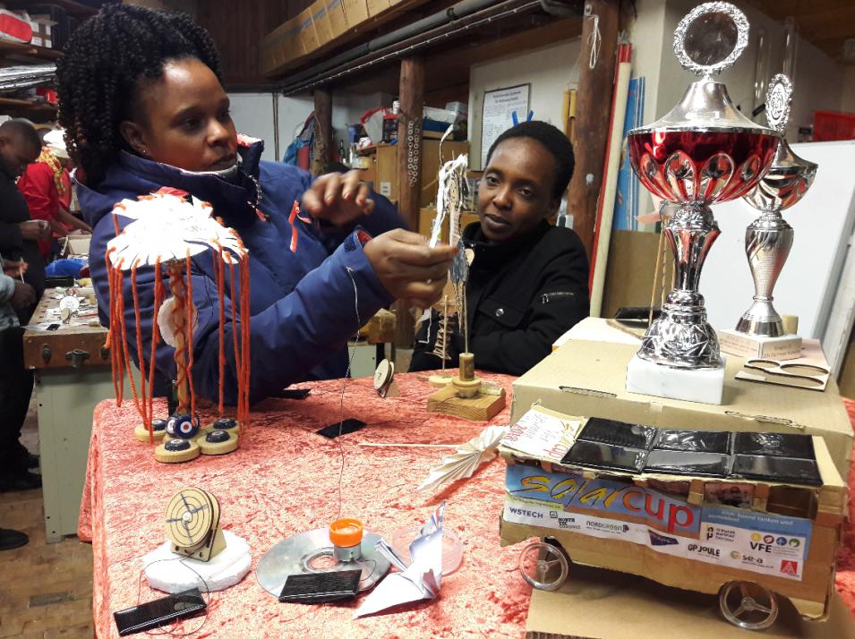 Technik zum Anfassen und Mitnehmen: Im artefakt Zentrum für nachhaltige Entwicklung in Glücksburg lernen tansanische Schüler etwas über Solartechnik