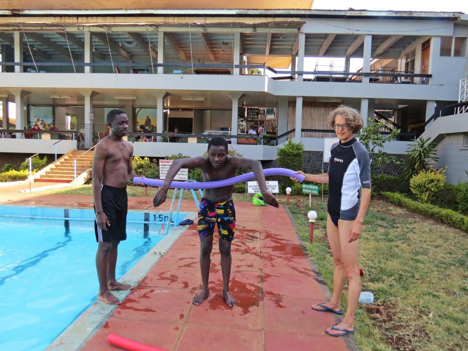 Mit Schwimmnudeln erklärt Frommann verschiedene Schwimmstile