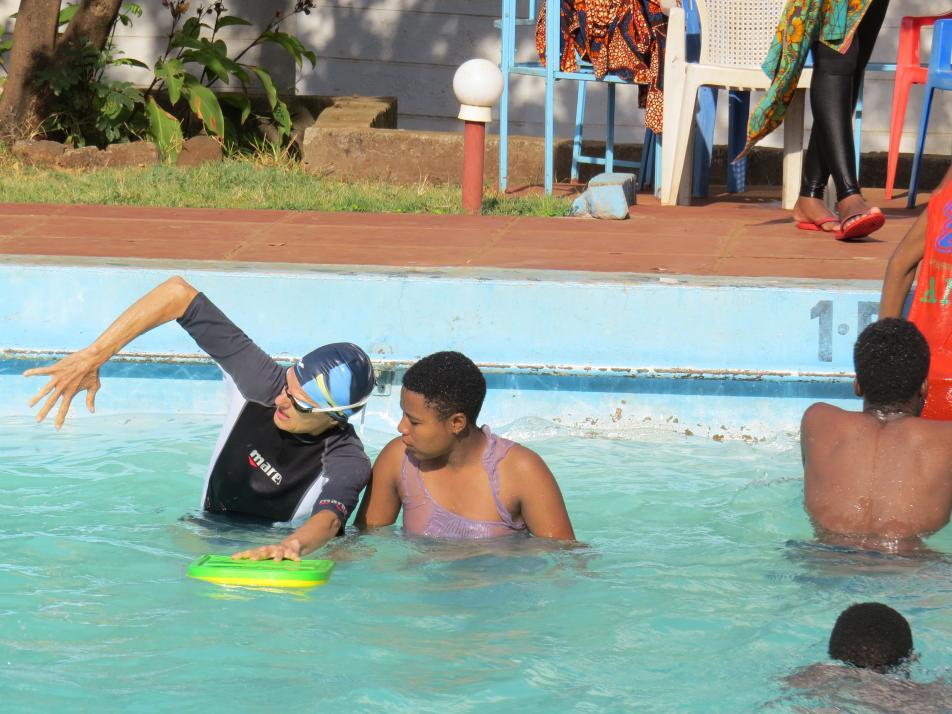 Für ihren Einsatz in Tansania konnte Bettina Frommann einige Lehrmittel aus Kiel mitnehmen, andere Materialien wie Schwimmnudeln oder Kunststoffbretter kaufte sie in einem Geschäft in der Nachbarstadt Moshis