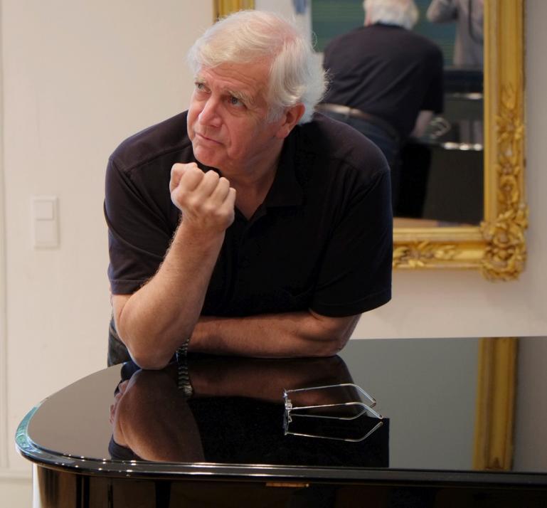 Der Experte für charmant und amüsant moderierte Konzerte Karl-Heinz Bloemeke leitet durch das Konzert