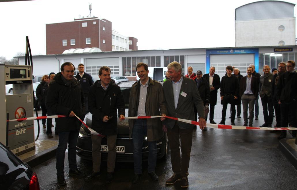 Axel Niesing (Geschäftsführer der Anton Willer GmbH & Co KG), Oberbürgermeistert Ulf Kämpfer, Horst Seide (Biogasanlagenbetreiber) und Norbert Worth (klimaneutrale Mobilität in Kiel, v. l.) eröffnen die erste CNG-Tankstelle in Kiel