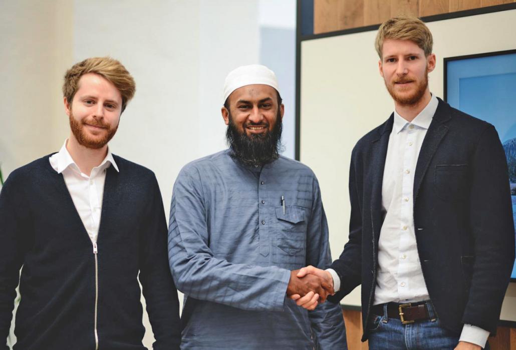 Shake Hands: Kjell und Leif Weibrecht (v. li.) einigen sich mit  dem indischen Geschäftspartner auf eine weitere Zusammenarbeit