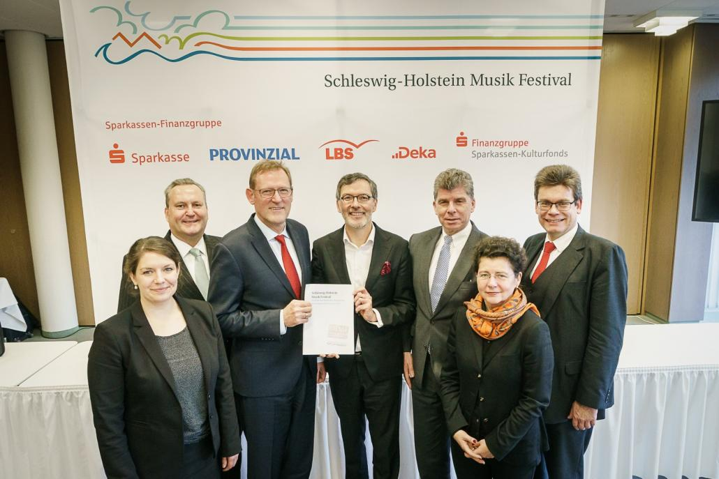 Jeanette van Beek, Dr. Markus Hofmann, Reinhard Boll, Dr. Christian Kuhnt, Dr. Matthias Danne, Dr. Heike Kramer, Jens Grelle mit dem neuen Sponsorvertrag.
