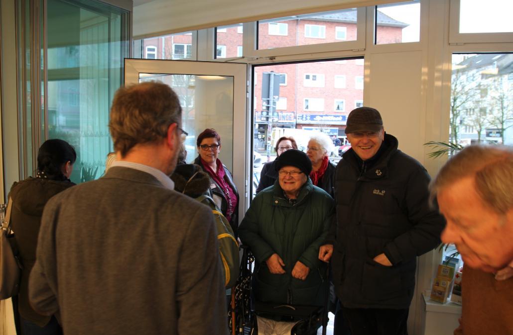 Die ersten Kunden betreten den Laden in den ehemaligen Räumlichkeiten der Santander Bank am Dreiecksplatz
