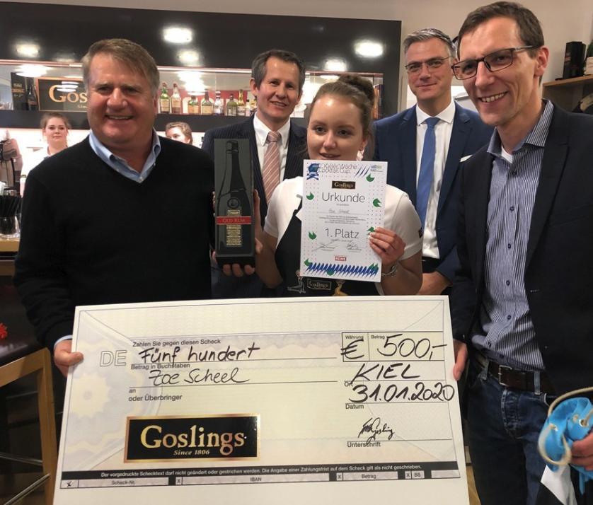 Malcolm Gosling Sr., Martin Staack, Hauke Petersen und Philipp Dornberger der (Kieler-Woche-Büro, v. li.) freuen sich mit Cocktail-Cup-Gewinnerin Zoe Scheel.